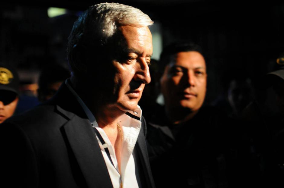 El exmandatario Pérez Molina fue acompañado por elementos de la Policía Nacional Civil y Sistema Penitenciario. (Foto: Alejandro Balán/ Soy502)