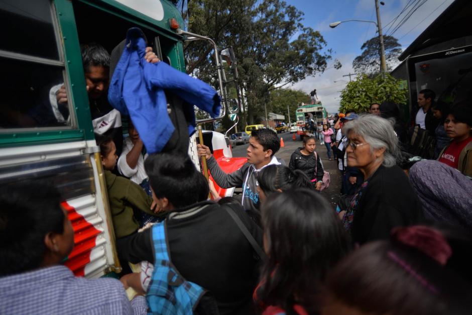 Algunos veraneantes denunciaron sobrecarga en los bus y aumento en el costo del pasaje. (Foto: Wilder López/Soy502)