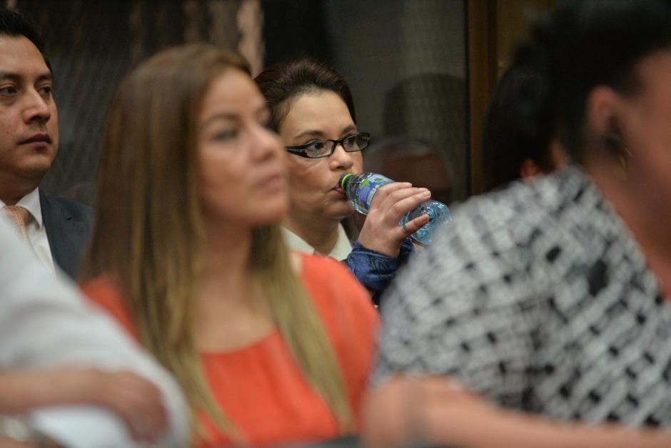 Baldetti llegó con una botella de agua pura. (Foto: Wilder López/Soy502)