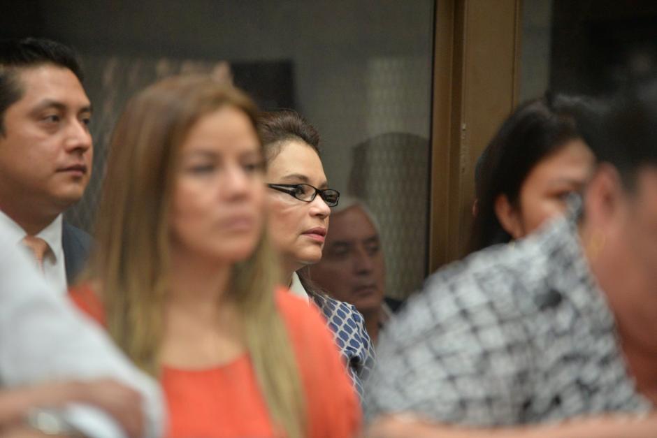 Otto Pérez, detrás del vidrio, observa de reojo a Roxana Baldetti. Al frente, Claudia Méndez. (Foto: Wilder López/Soy502)