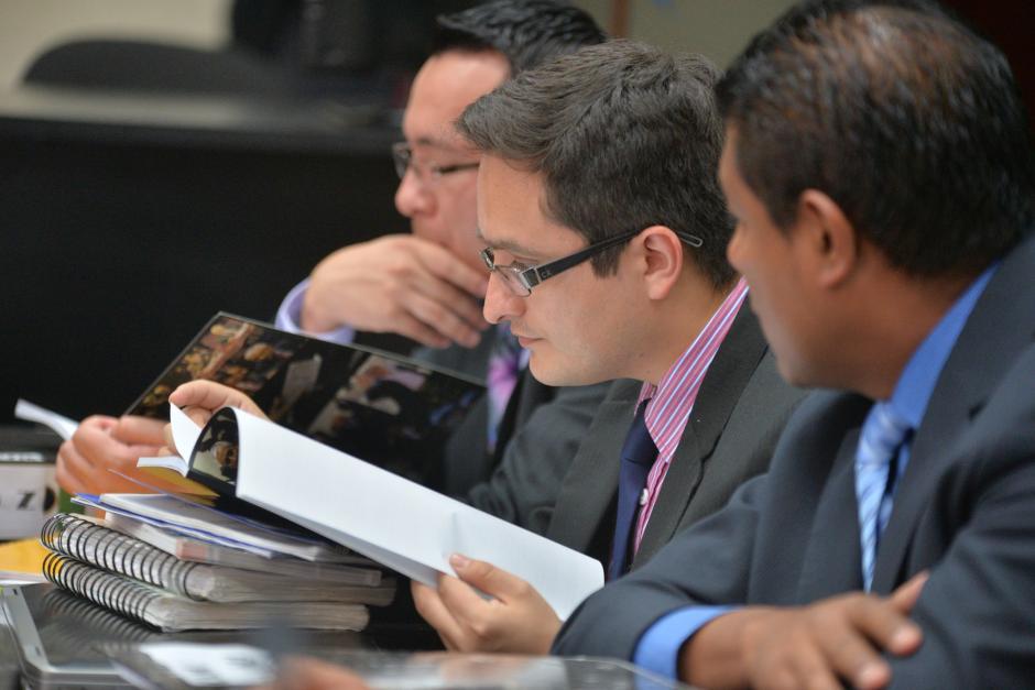 El fiscal de la CICIG revisa la publicación. (Foto: Wilder López/Soy502)