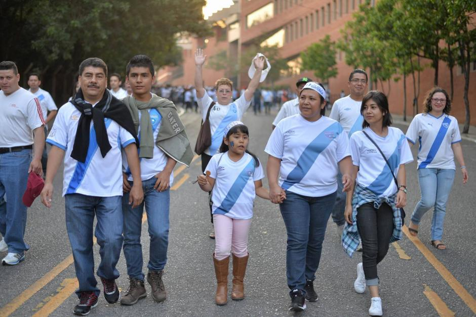 Las familias se acercan para presenciar el juego que arranca a las ocho de la noche. (Foto: Wilder López/Soy502)