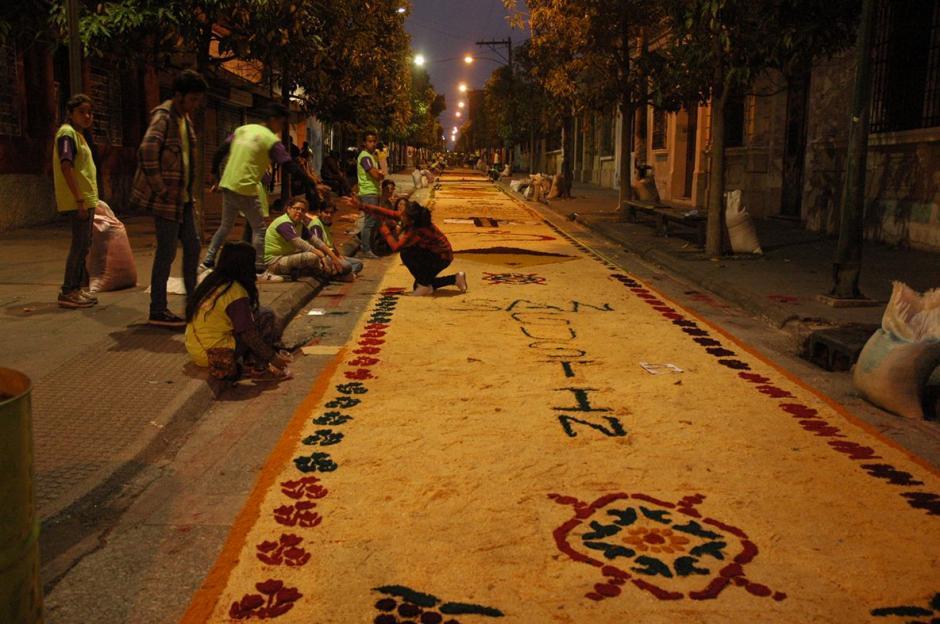 Amigos, vecinos, familiares participan en la elaboración de esta alfombra especial.  (Foto: Fredy Hernández/ Soy502)