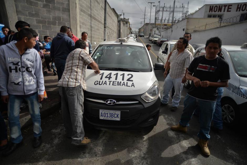 Algunas personas optan por pagar taxi para transportarse. (Foto: Wilder López/Soy502)