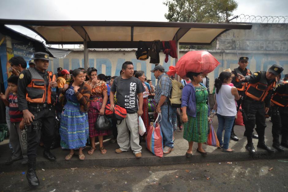 Viajeros realizan filas para intentar abordar autobuses hacia distintos destinos. (Foto: Wilder López/Soy502)