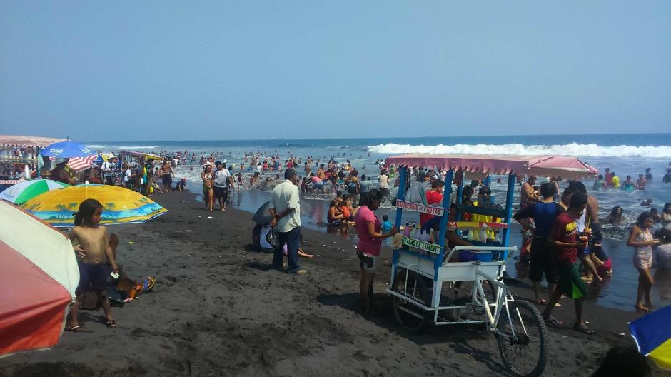 Decenas de visitantes se aglomeran en playas del pacífico. (Jorge Sente /Nuestro Diario)