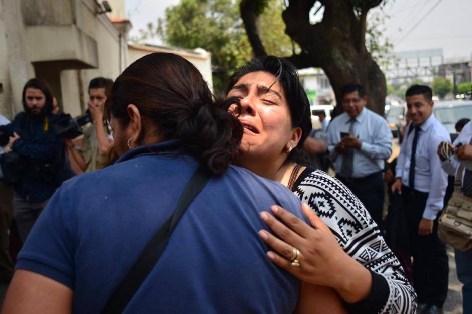 La incertidumbre y el dolor hacía que doña Gabriela se derrumbara en los brazos de una familiar que la consolaba. (Foto: Jesús Alfonso/Soy502)