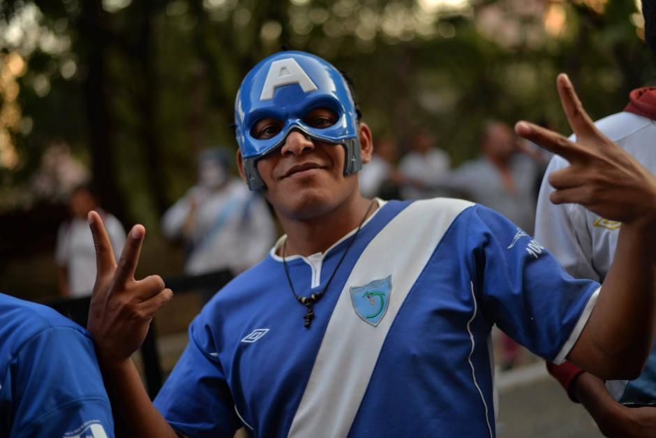 Este aficionado apoya a la Guatemala, a pesar de su máscara del Capitán América, ícono de los estadounidenses. (Foto: Wilder López/Soy502)