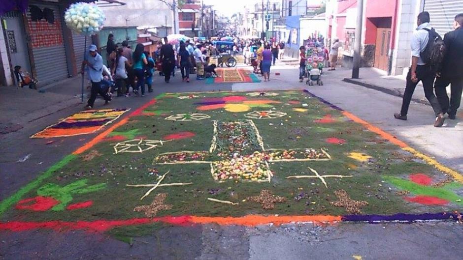 Desde tempranas horas de este viernes las calles se llenaron de alfombras. (Foto: Jorge Sente/ Nuestro Diario)