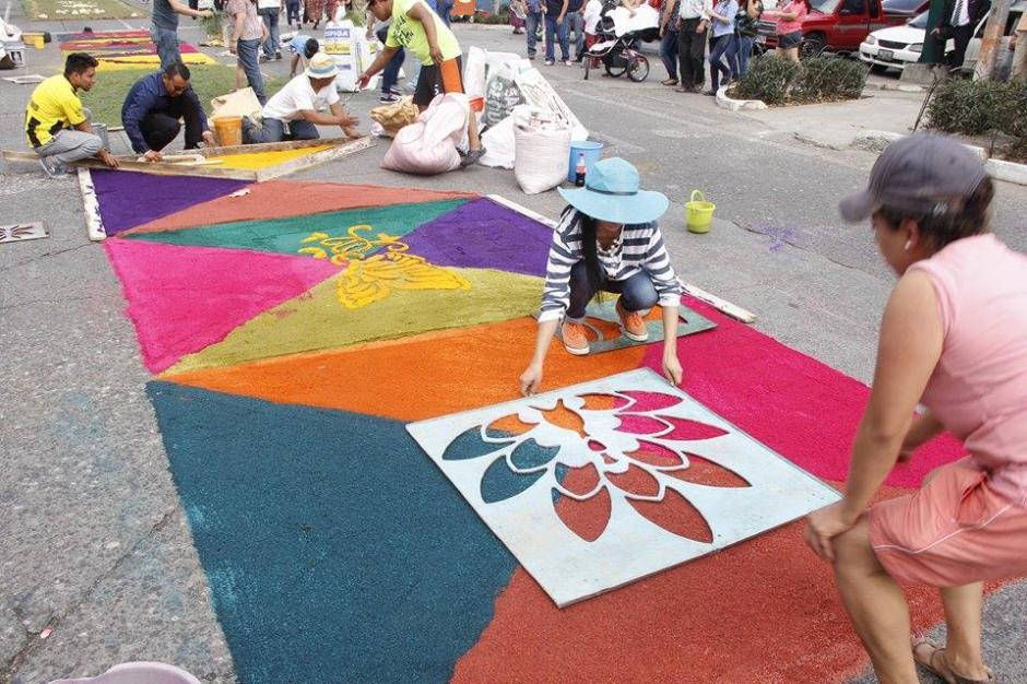 Coloridas alfombras se observan en el Centro Histórico capitalino en donde varias procesiones recorrerán calles y avenidas. (Foto: Jorge Sente/ Nuestro Diario)