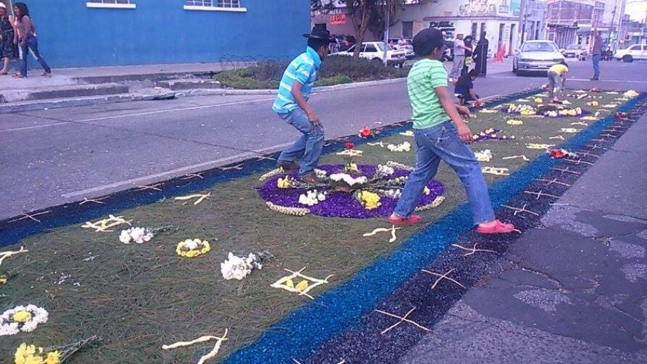 Niños y adultos participaron en la elaboración de alfombras durante este Viernes Santo. (Foto: Jorge Sente/ Nuestro Diario)