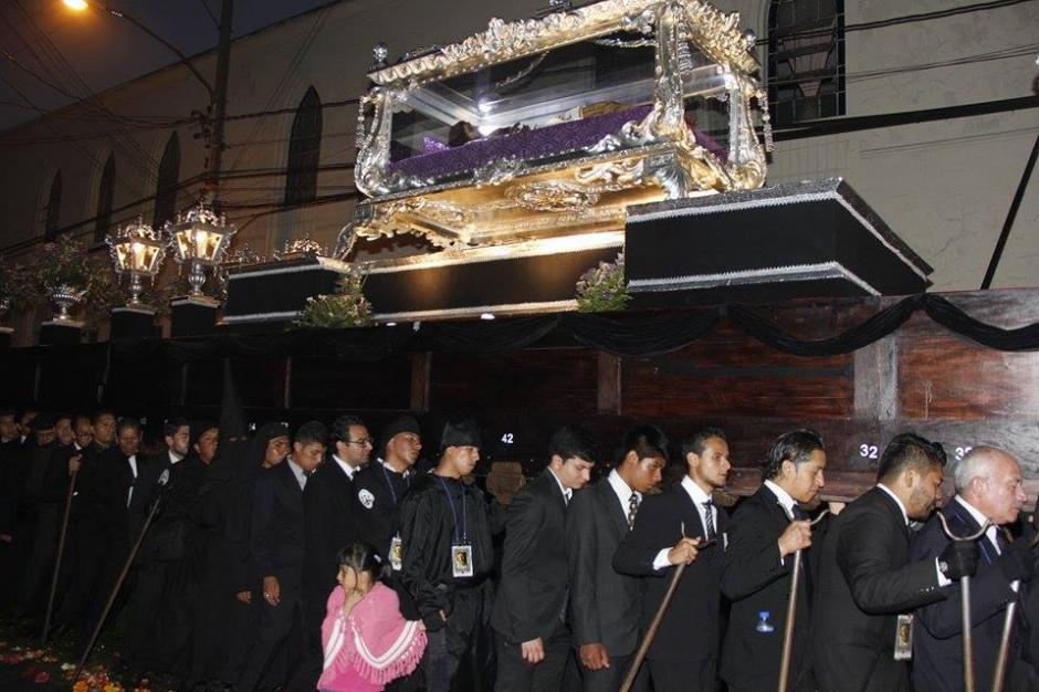 La procesión del Señor Sepultado de San Francisco salió del templo a las 16:30 horas. (Foto: Jorge Sente/ Nuestro Diario)