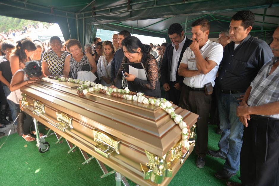 Familiares y amigos de Alexander Aldana participaron en una misa de cuerpo presente antes de su inhumación.  (Foto: Wilder López/Soy502)