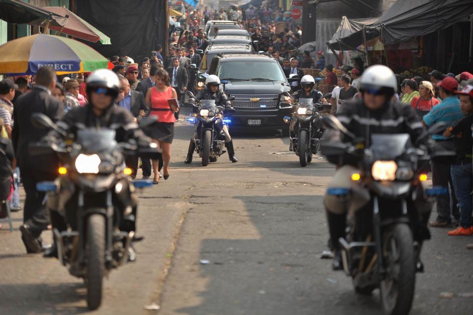 El presidente Jimmy Morales visitó el Mercado La Terminal para reunirse con vendedores. (Foto: Wilder López/Soy502)