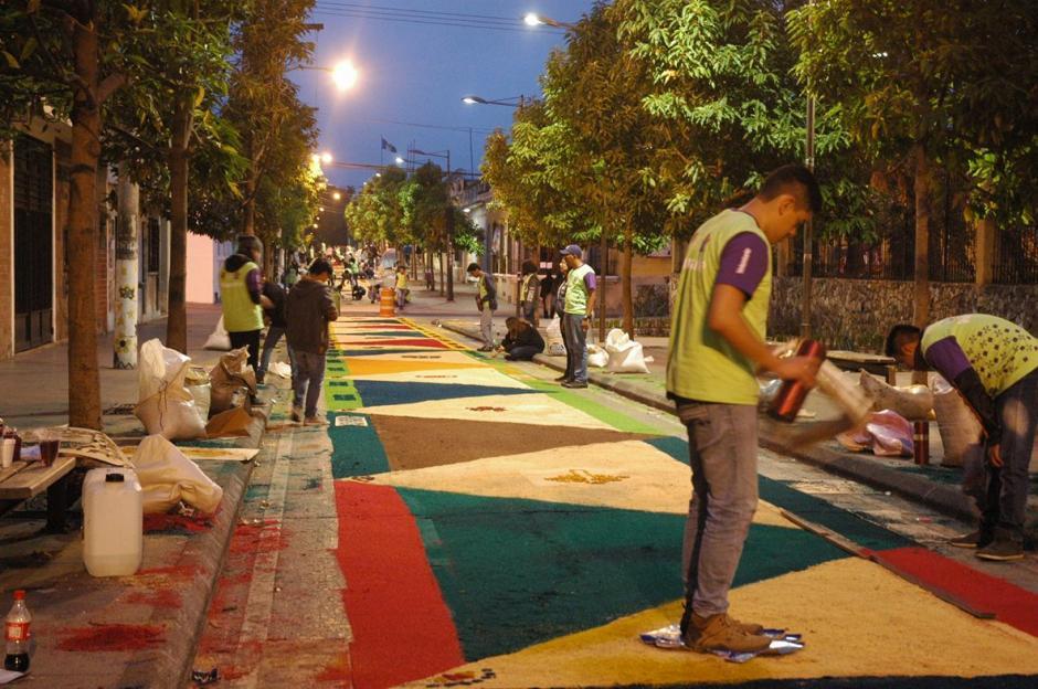 No había amanecido y ya un buen tramo de la alfombra estaba lista.  (Foto: Fredy Hernández/ Soy502)