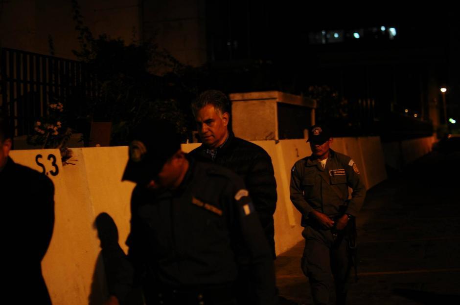 El exjefe de la SAT, Carlos Muñoz en su llegada a la Torre de Tribunales para la audiencia en la que se decidirá si irá a juicio. (Foto: Alejandro Balán/ Soy502)