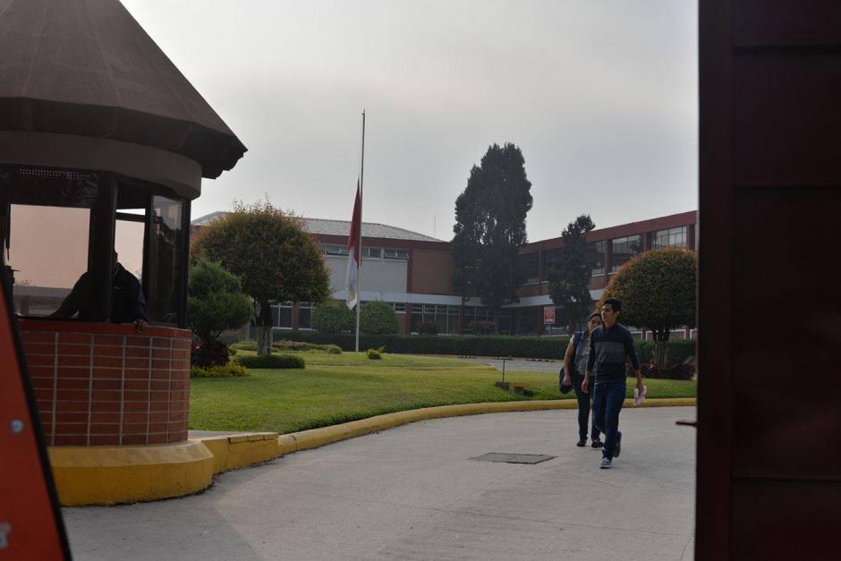 Dentro de las instalaciones del Liceo Javier ya se observa movimiento. (Foto: Wilder López/Soy502)