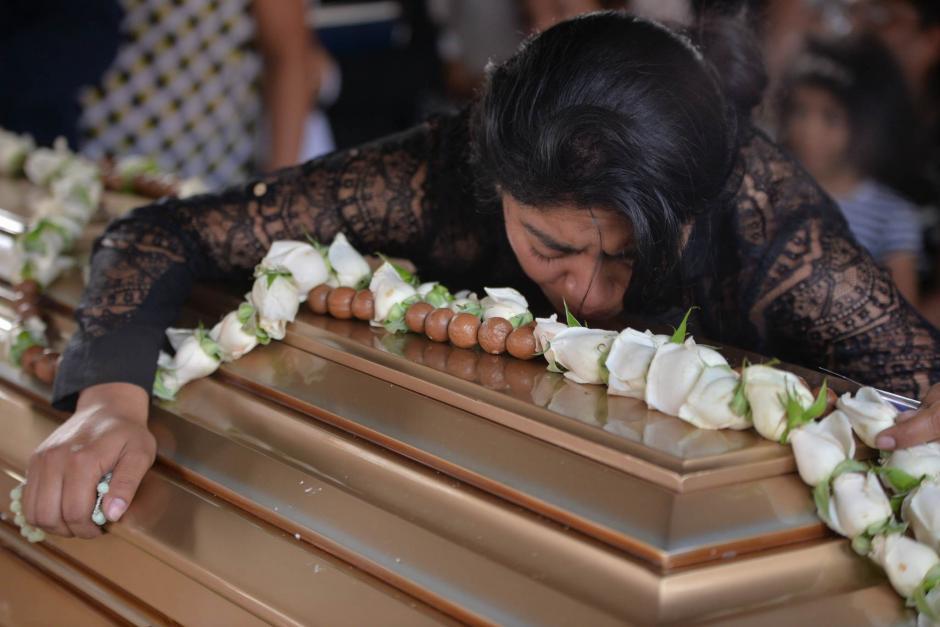 La madre de Alexander Aldana le da el último adiós antes de la inhumación. (Foto: Wilder López/Soy502)