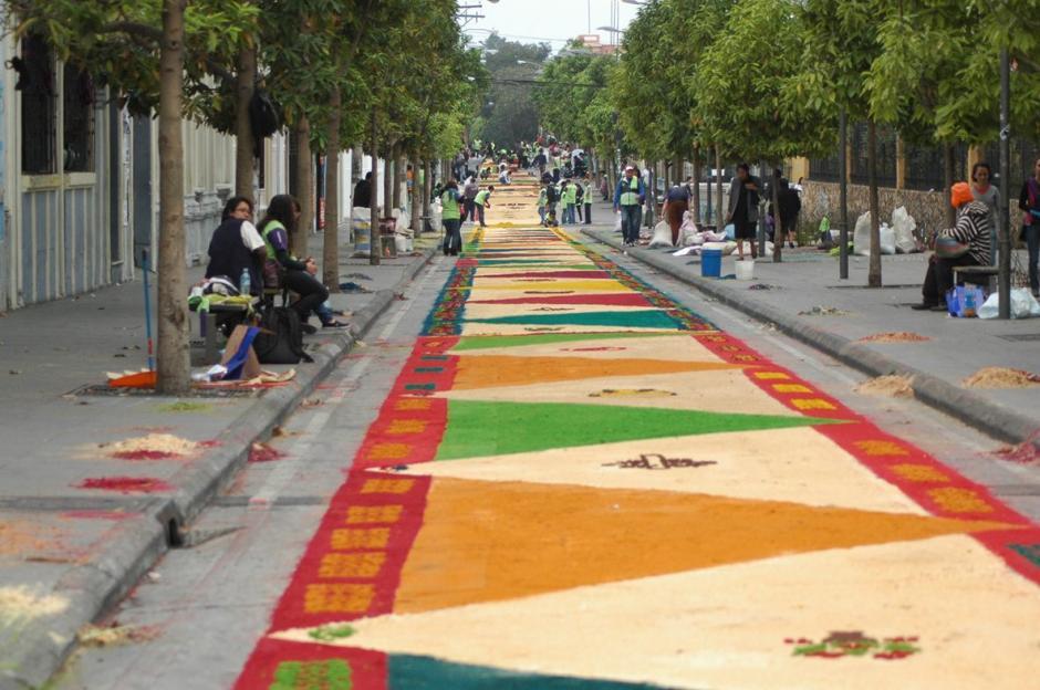 Colores y formas se mezclan en las alfombras tradicionales de Guatemala.  (Foto: Fredy Hernández/ Soy502)