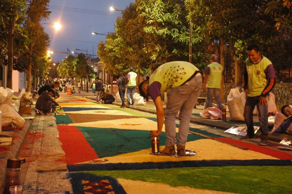 Sobre la sexta avenida de la zona 1, desde la madrugada decenas de guatemaltecos elaboran la alfombra más larga. (Foto: Fredy Hernández/ Soy502)