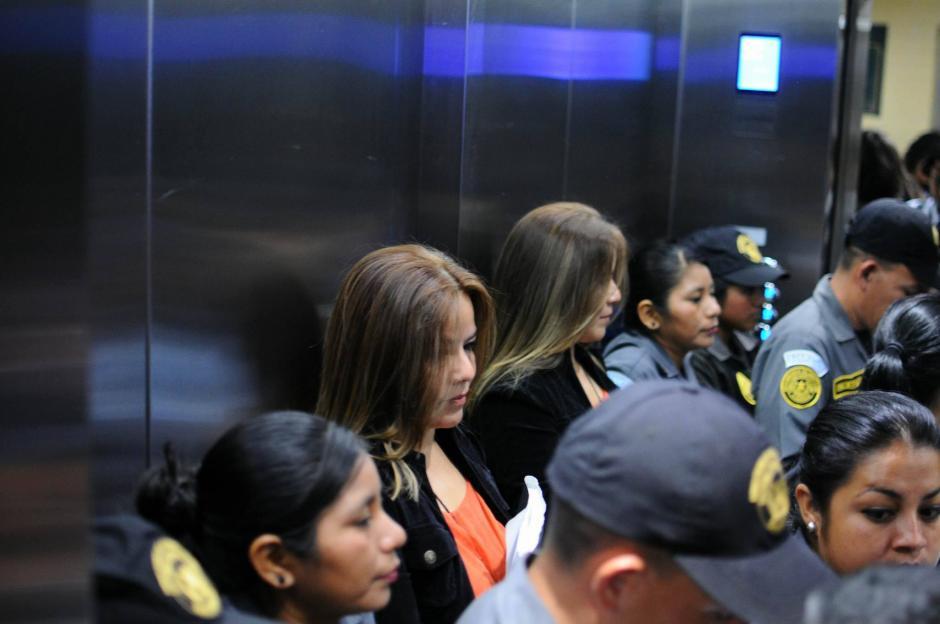 La exintendente de Aduanas, Claudia Méndez Asencio fue acompañada por elementos del Sistema Penitenciario. (Foto: Alejandro Balán/ Soy502)