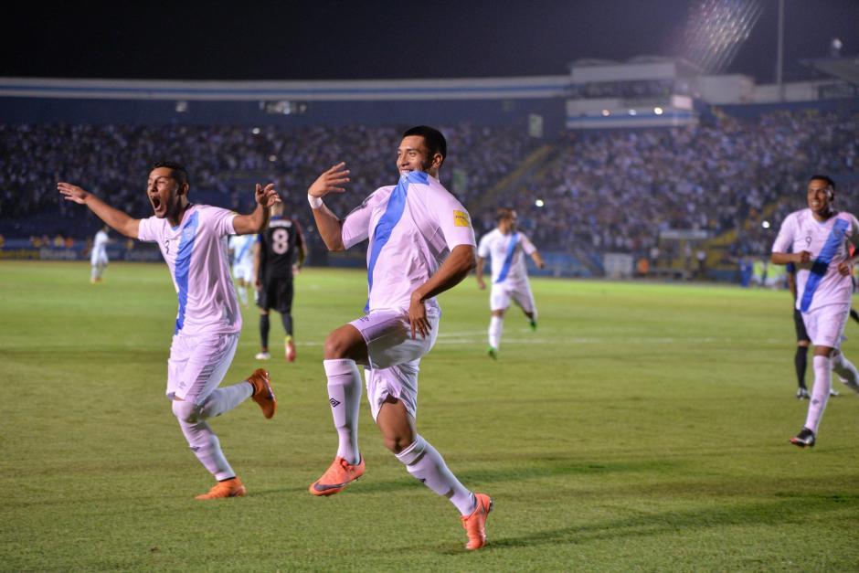 Los jugadores celebran el primer gol del juego. (Foto: Wilder López/Soy502)