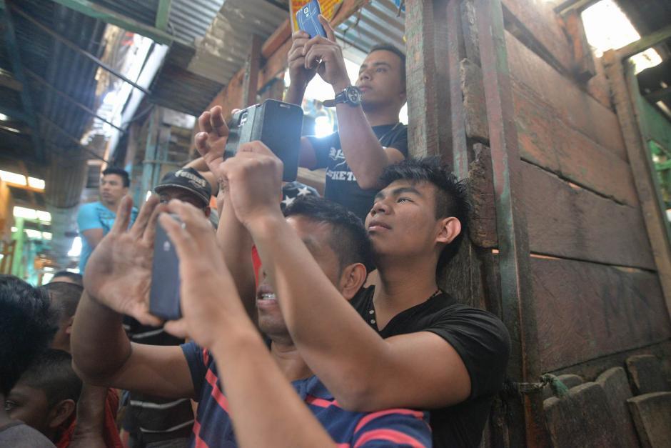 Vendedores del Mercado La Terminal tomaron fotografías de la visita del mandatario. (Foto: Wilder López/Soy502)