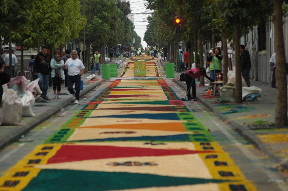 Vista amplia de la alfombra más larga del mundo, a lo largo de la sexta avenida.  (Foto: Fredy Hernández/ Soy502)