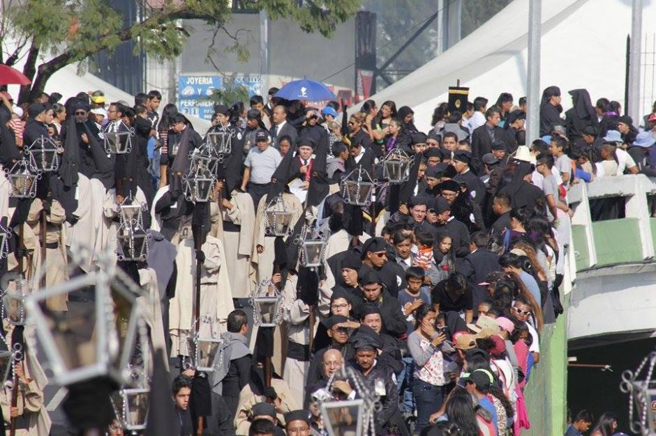 El Centro Histórico se encuentra cerrado por el paso de las 8 procesiones que recorren la zona 1 capitalina. (Foto: Jorge Sente/ Nuestro Diario)