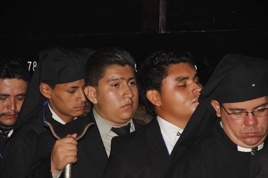 Fieles católicos llevan en hombros la procesión del Señor Sepultado de San Francisco. (Foto: Jorge Sente/ Nuestro Diario)