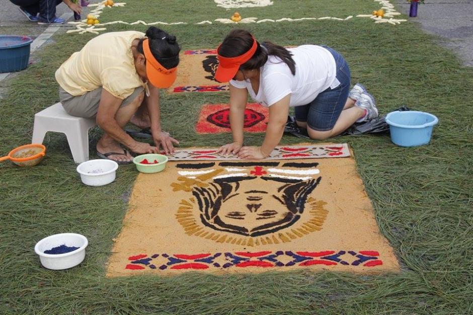 Feligreses elaboran alfombras  para esperar el paso de las procesiones que recorren el Centro Histórico. (Foto: Jorge Sente/ Nuestro Diario)