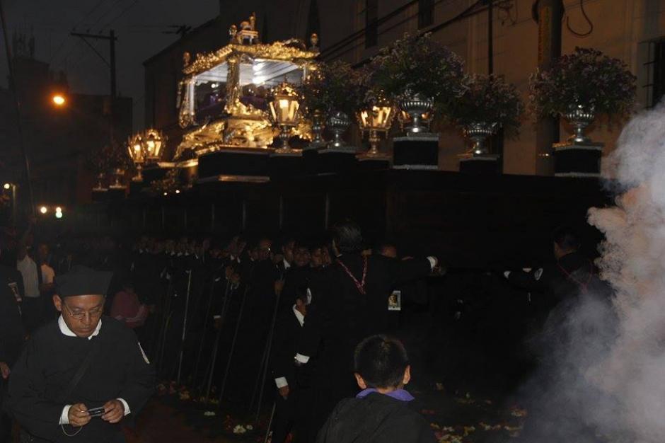 Se tiene previsto que la procesión regrese al templo después de la media noche. (Foto: Jorge Sente/ Nuestro Diario)