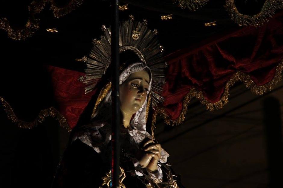 La venerada imagen de Nuestra Señora de la Soledad acompaña al Señor Sepultado de la Penitencia. (Foto: Jorge Sente/ Nuestro Diario)