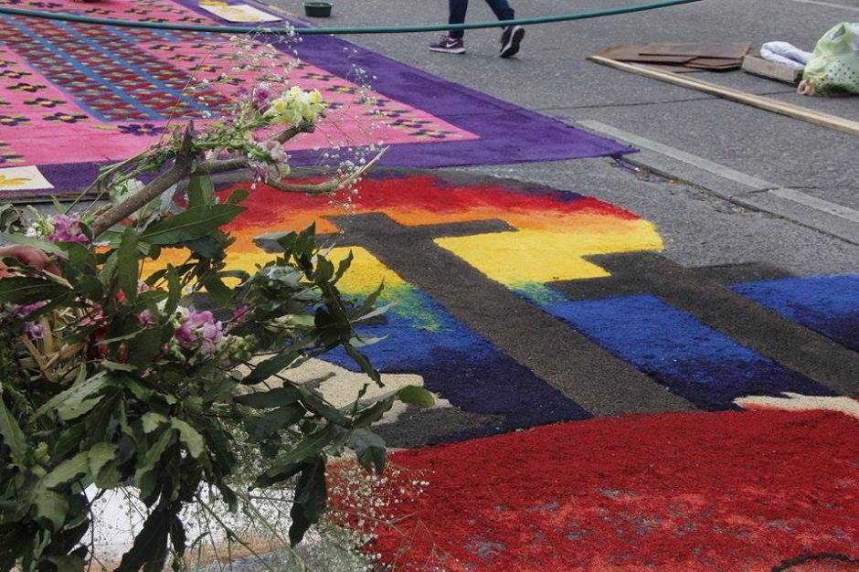 Fieles católicos preparan alfombras para el paso de las procesiones de viernes santo. (Foto: Jorge Sente/ Nuestro Diario)