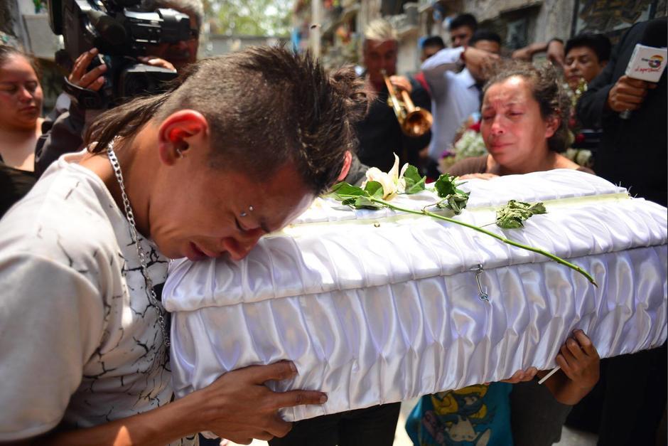 Los familiares del pequeño Maycol lloran su partida, mientras lo llevan a su tumba. (Foto: Jesús Alfonso/Soy502)