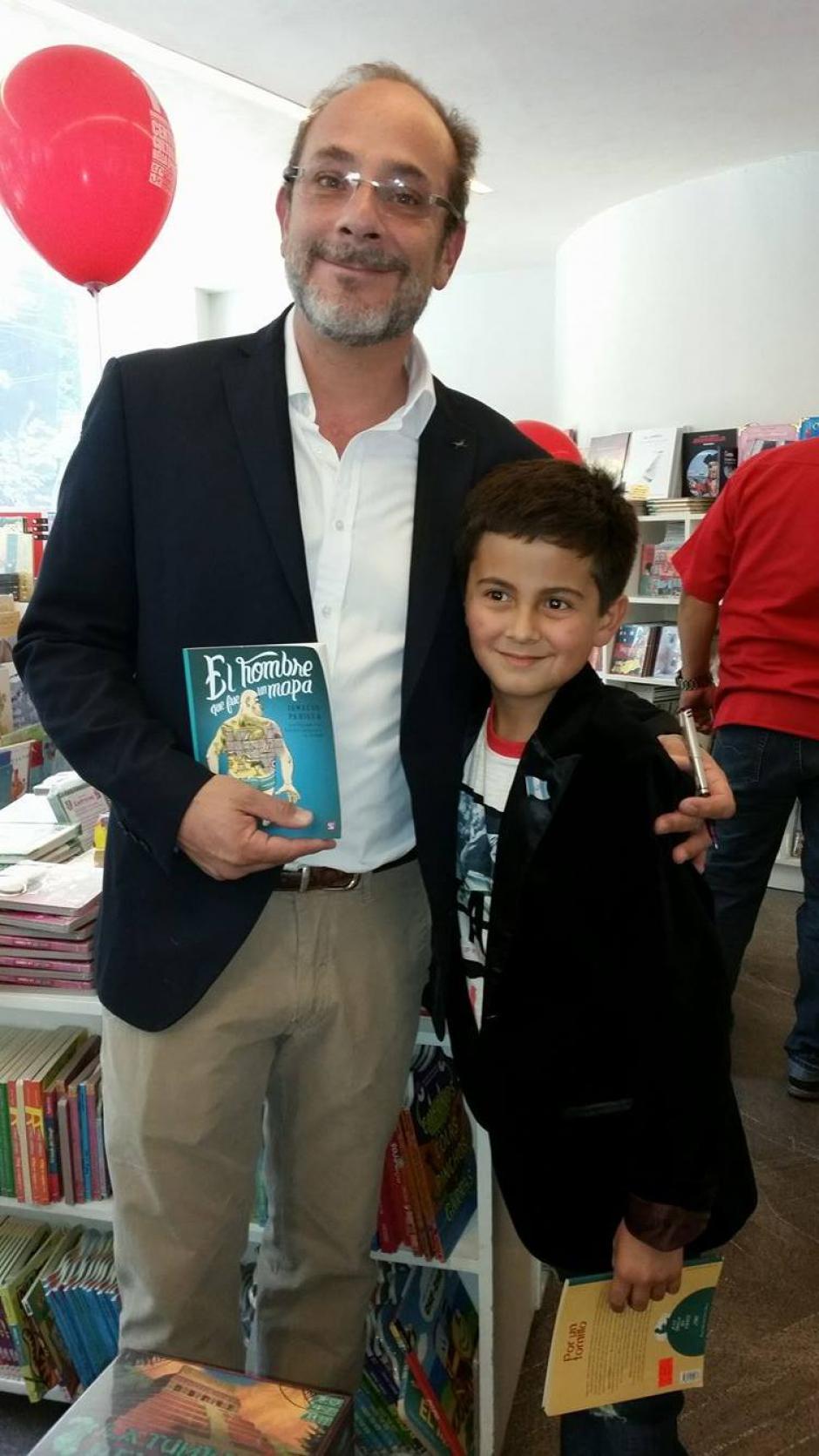 Juan Pablo junto a Ignacio Padilla, autor de El Hombre que fue un Mapa. (Foto: Pablo Franky)