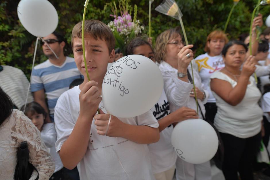 Estudiantes del Liceo Javier llevaron globos y flores para despedir al estudiante.  (Foto: Wilder López/Soy502)