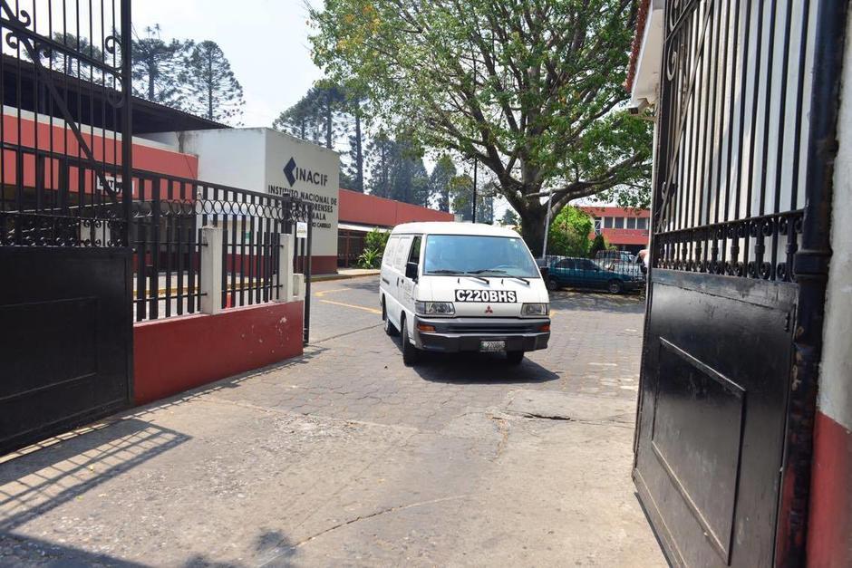 El vehículo que transporta los restos de Edward Alexander parte hacia Villa Nueva donde será el velatorio. (Foto: Jesús Alfonso/Soy502)