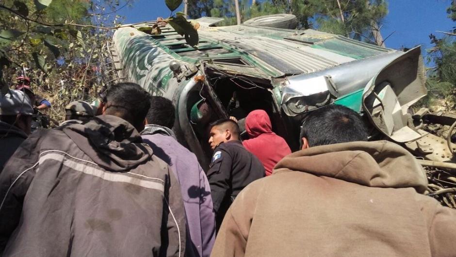 El bus se destrozado al caer al fondo del barranco. (Foto: Cable DX)