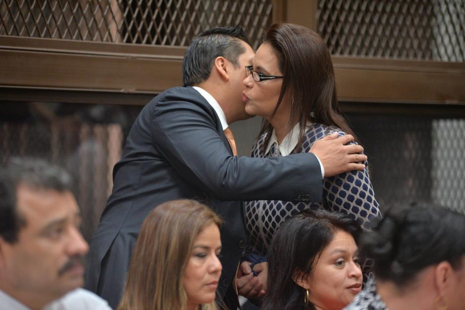 Mario Cano, abogado de Baldetti, la saluda a su llegada. (Foto: Wilder López/Soy502)