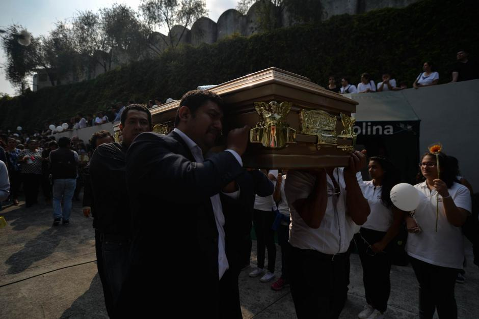 Familiares, amigos y estudiantes del Liceo Javier despidieron a Alexander Aldana. (Foto: Wilder López/Soy502)