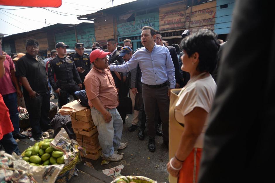 El presidente Morales entregó a la Asociación de Vendedores un cheque para reconstrucción luego del incendio. (Foto: Wilder López/Soy502)