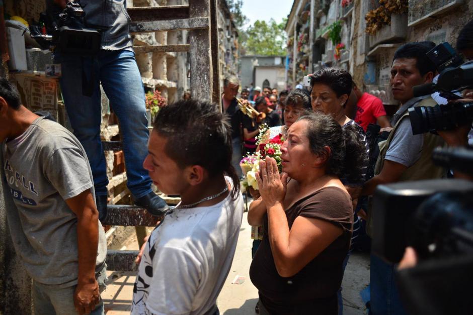 La abuela de Maycol le da el último adiós a su pequeño nieto. (Foto: Jesús Alfonso/Soy502)