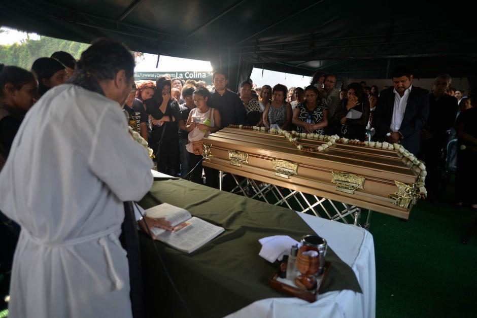 Antes de la inhumación se realizó una misa de cuerpo presente. (Foto: Wilder López/Soy502)