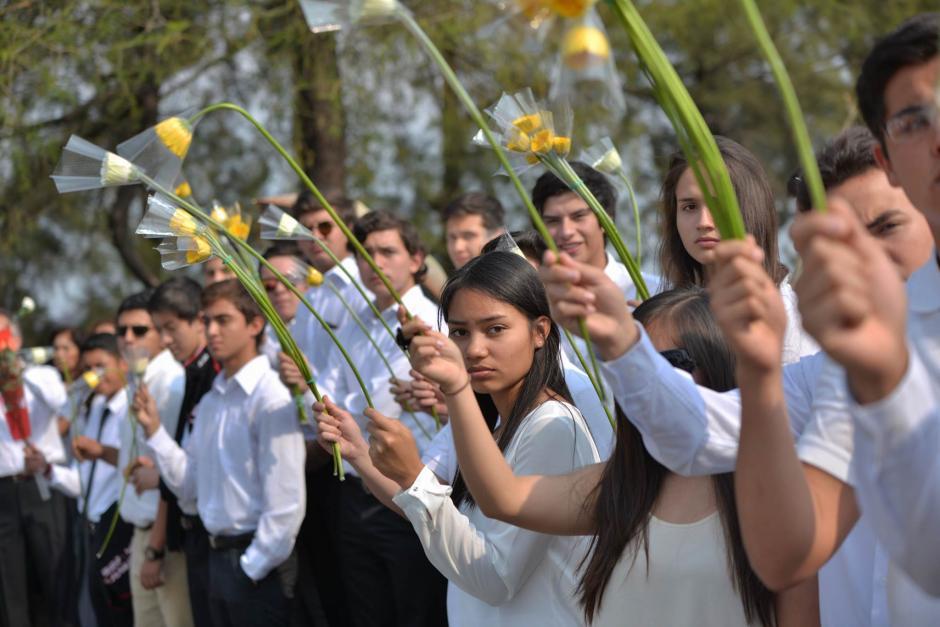 Estudiantes realizan una valla con flores para despedir a Alexander Aldana. (Foto: Wilder López/Soy502)