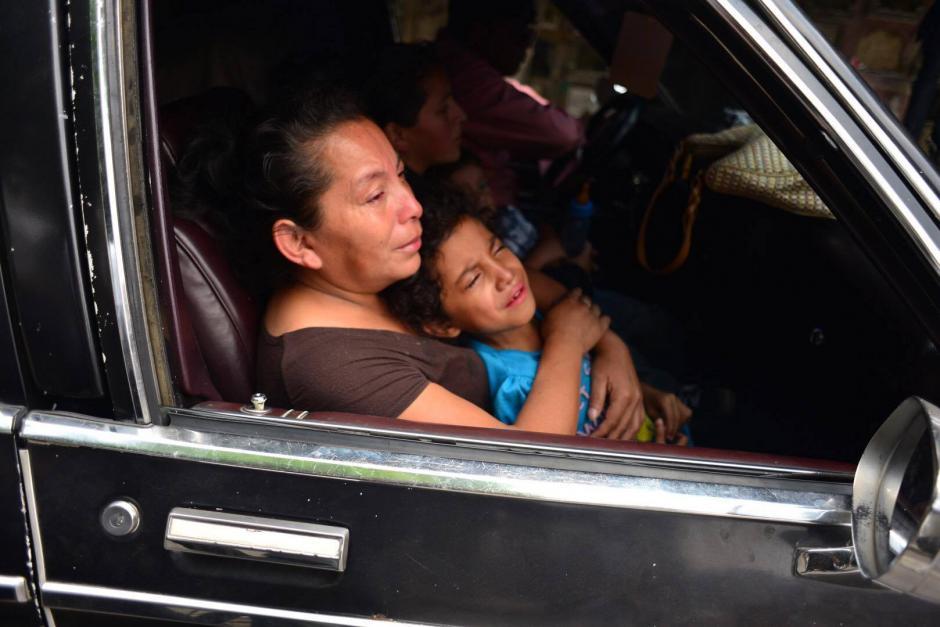 Los familiares del niño llegan en la carroza fúnebre al Cementerio General. (Foto: Jesús Alfonso/Soy502)