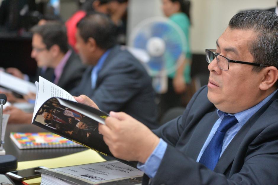 Los fiscales del MP también recibieron un ejemplar. (Foto: Wilder López/Soy502)