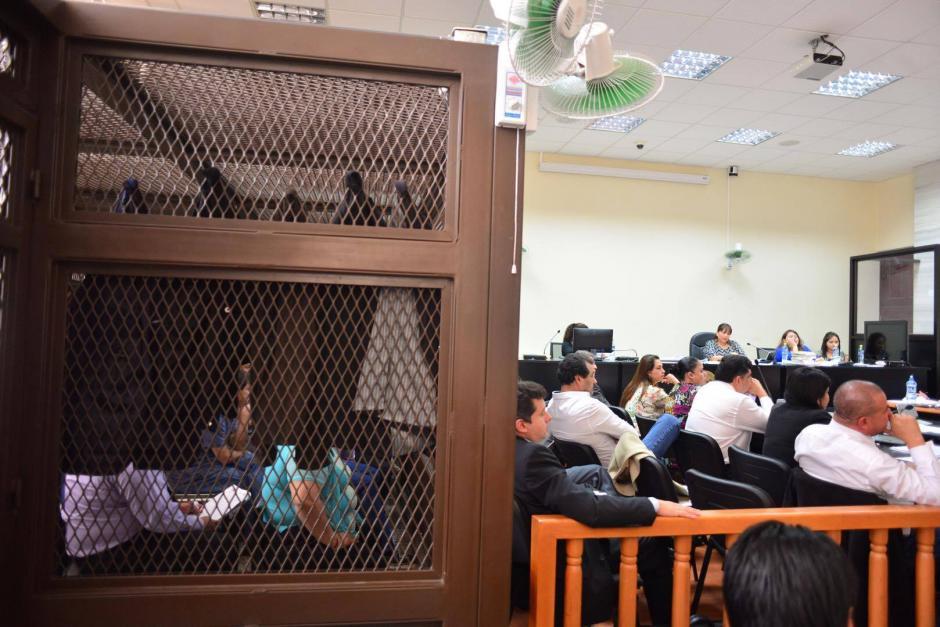 Los acusados colocaron sacos para evitar ser fotografiados durante la audiencia. (Foto: Jesús Alfonso/Soy502)