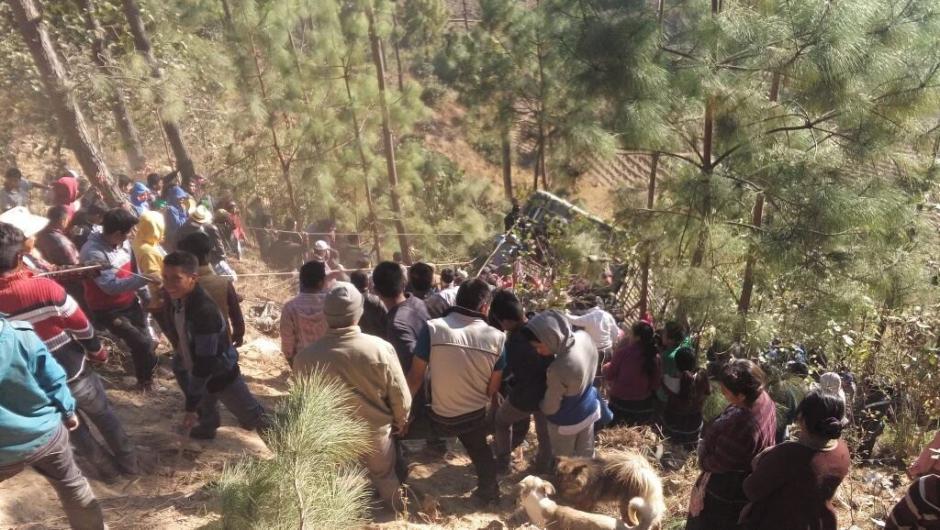 Decenas de personas colaboran en el rescate de los cuerpos y los heridos. (Foto: Cable DX)