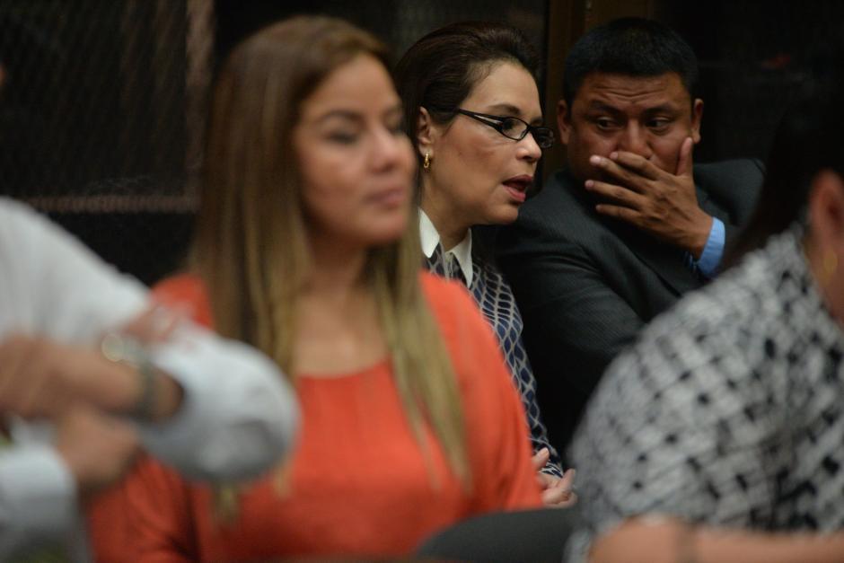 Baldetti platica con uno de sus abogados.(Foto: Wilder López/Soy502)